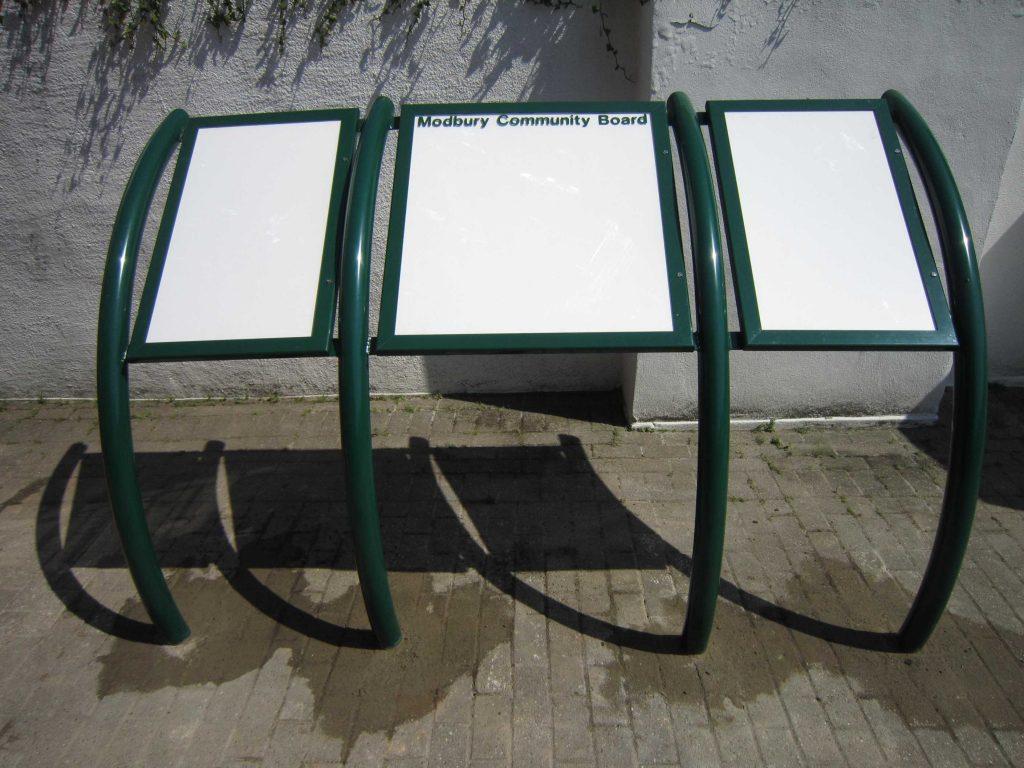Modbury 3 door hooped legs